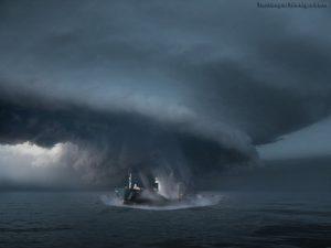 Nave in mezzo all'uragano (qui nel Triangolo delle Bermude)