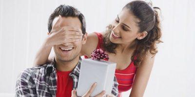 donna-che-consegna-regalo