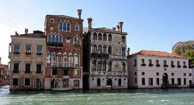 Veduta di Ca'Dario, il palazzo in mezzo