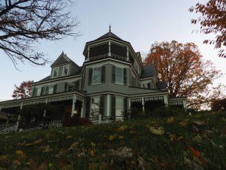 """Esempio di """"mansion on a hill"""", """"villa su una collina"""""""