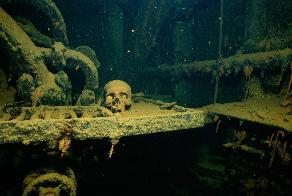 Fondale del Laguna di Truk con relitto e teschio