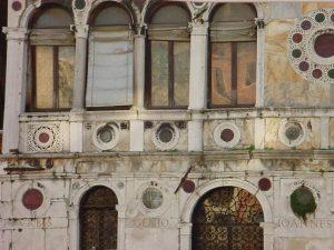 Particolare di Ca' Dario, casa maledetta di Venezia