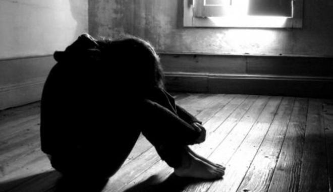 Vuole accompagnarla a casa: la sequestra e la stupra