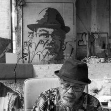 """Zak e alle spalle un suo ritratto """"murale"""""""
