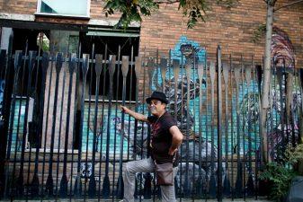 Zakaria (Zak) Jemai all'esterno del suo palazzo artistico