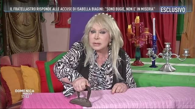 Brucia la casa di Isabella Biagini: inquilini scappano sui balconi