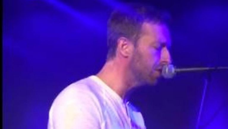 Chris Martin canta per gli homeless omaggiando George Michael