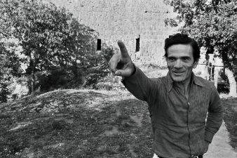 Pier Paolo Pasolini davanti alla Torre di Chia