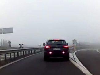 Tangenziale, in bici contromano nella nebbia, due ragazzi rischiano di morire