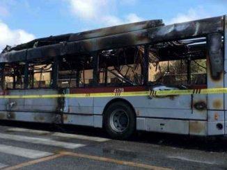 autobus-avvolto-dalle-fiamme