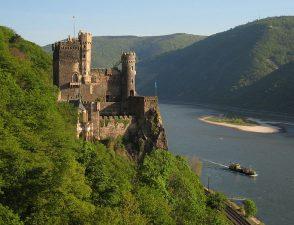 Il castello è affacciato sulla riva sinistra del Reno