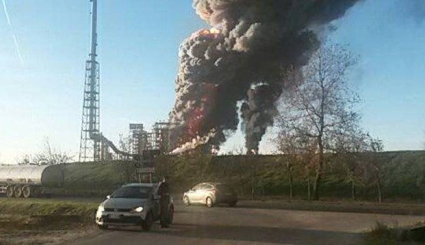 Incendio Raffineria Eni Sannazzaro de Burgondi: colonne di fumo e fiamme