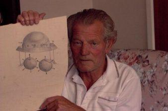 Robert Taylor con un disegno della navicella