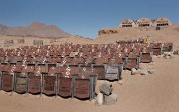 Le seggiole in legno del cinema viste più da vicino