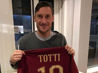 Francesco Totti mette all'asta la sua maglietta per i terremotati di Amatrice