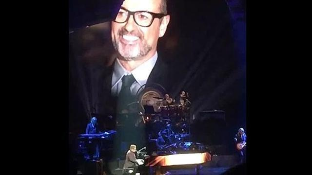 Elton John visibilmente emozionato durante l'esibizione in onore di George Michael