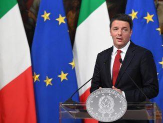 Referendum: Matteo Renzi si presenta a votare senza il documento d'identità