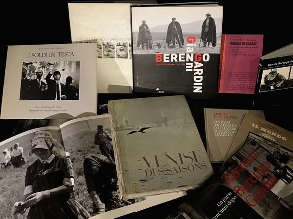 """A Milano, la mostra """"258 e non sentirli. I libri di Gianni Berengo Gardin"""""""