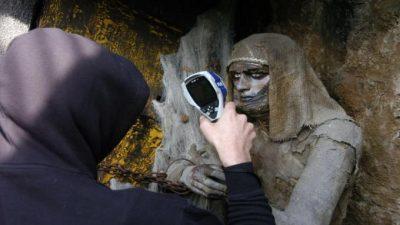 Cacciatore di fantasmi studia una mummia all'Orrido