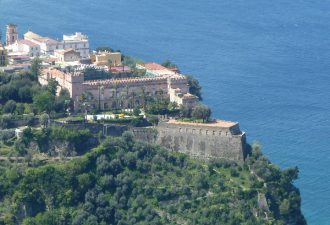 Il Castello di Giusso a strapiombo sul mare