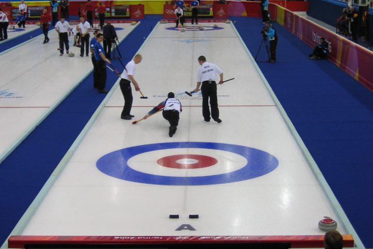 Curling: sport con la scopetta che si pratica sul ghiaccio