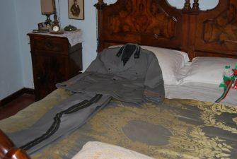 """La divisa di Mussolini sul suo letto indica la sua """"presenza"""""""