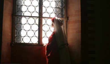 Rosania guarda fuori dalla finestra