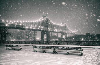 Il ponte di Brooklyn innevato.