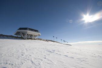 La neve intorno alla base antartica belga.
