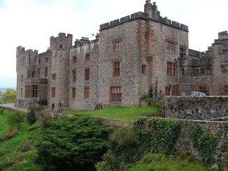 La facciata principale del Castello di Muncaster