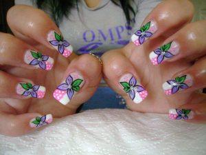 Nail-art-con-fiori-fai-da-te-fiori-lilla-su-fondo-bianco-e-rosa-con-pois