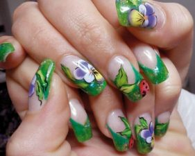 Nail-art-con-fiori-fai-da-te-primavera-con-fiori-fogli-e-coccinelle
