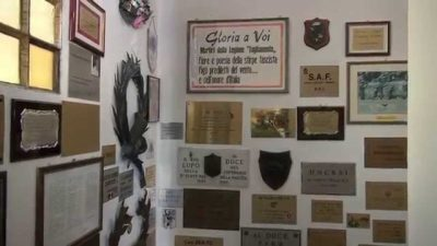 Altra stanza del museo con proclami fascisti sulle pareti