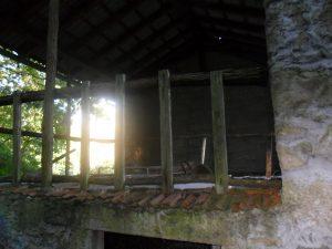 Casa in rovina di Cja Ronc con misteriosa figura all'interno