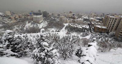 Tehran capitale dellIran coperta di neve.