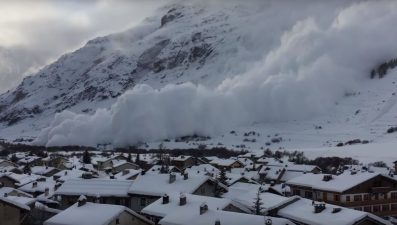 Una valanga scende lungo le Alpi italiane.