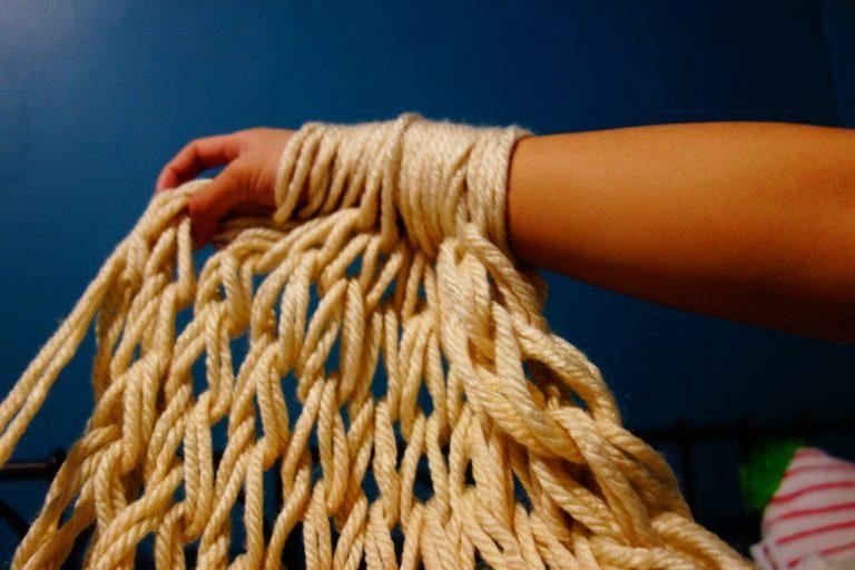 Come fare un lavoro a maglia con le braccia