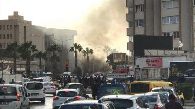 Turchia, autobomba davanti il Tribunale: panico a Smirne, ci sono due morti