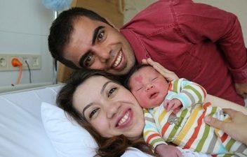 Il bimbo neonato con mamma e papà