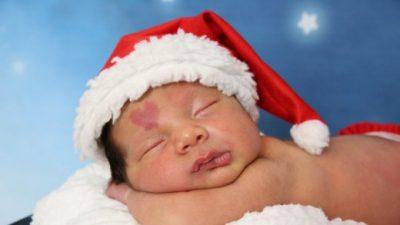 Il bimbo dorme con in testa il berretto di Babbo Natale