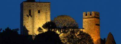 Il castello illuminato di notte