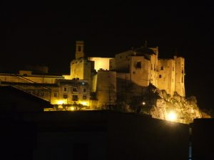Suggestiva immagine del Castello di Carini di notte