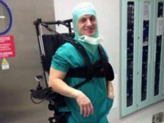 Chirurgo torna a lavorare in sedia a rotelle dopo incidente: ecco le foto