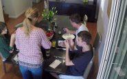 Cellulari e figli: come evitare l'uso a tavola