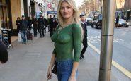 Una modella gira per strada completamente nuda ma nessuno se ne accorge