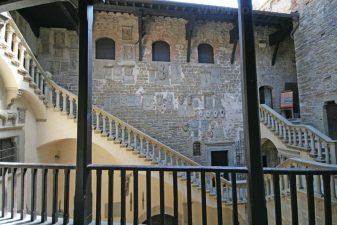 Scala del Turiani che dà sul cortile del castello