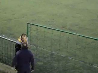 rissa alla partita di calcio dei figli