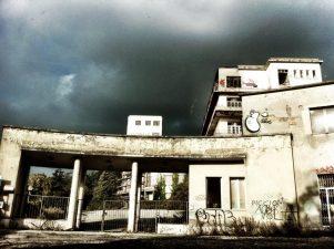 Suggestiva immagine dell'ex sanatorio sotto un cielo tempestoso