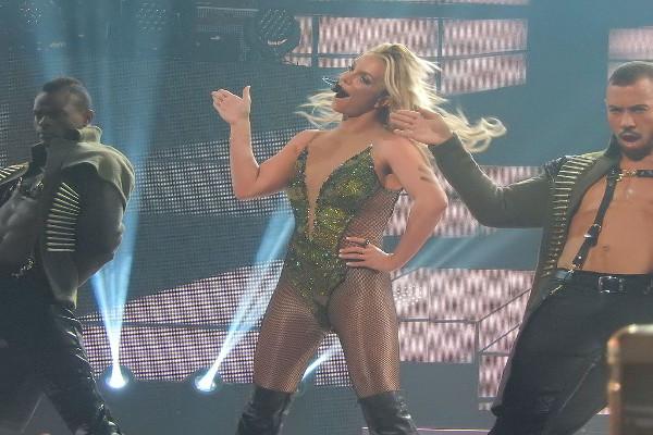 Britney Spears hot: seno fuori sul palcoscenico
