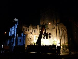 Riprese cinematografiche di notte fuori dalla chiesa